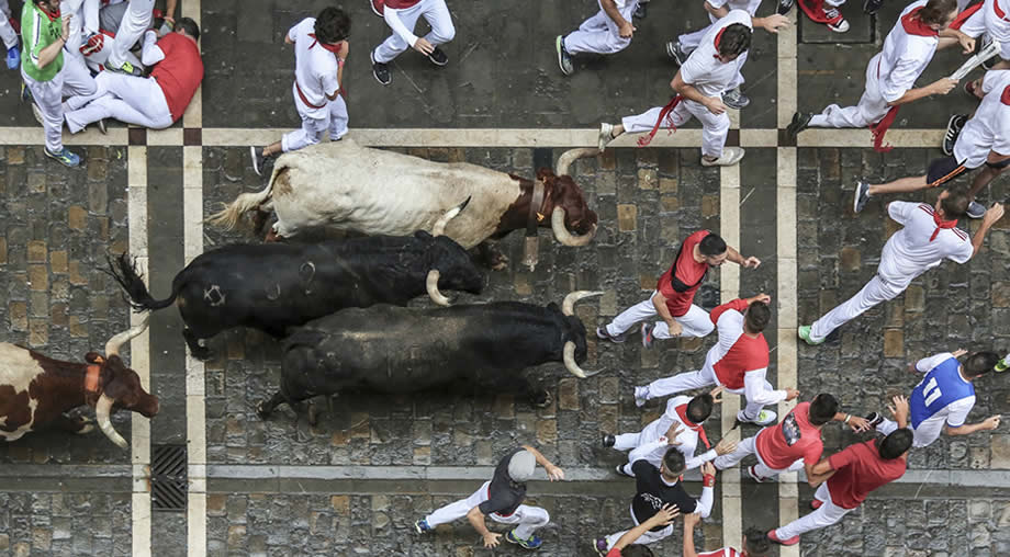 san-fermin-pamplona-running-with-bulls